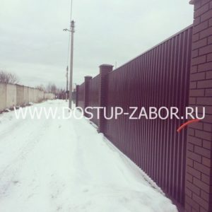 Забор из профнастила на ленточном фундаменте с кирпичными столбами и откатными аоротами