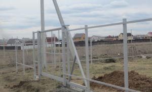 Забор из профнастила с откатными воротами