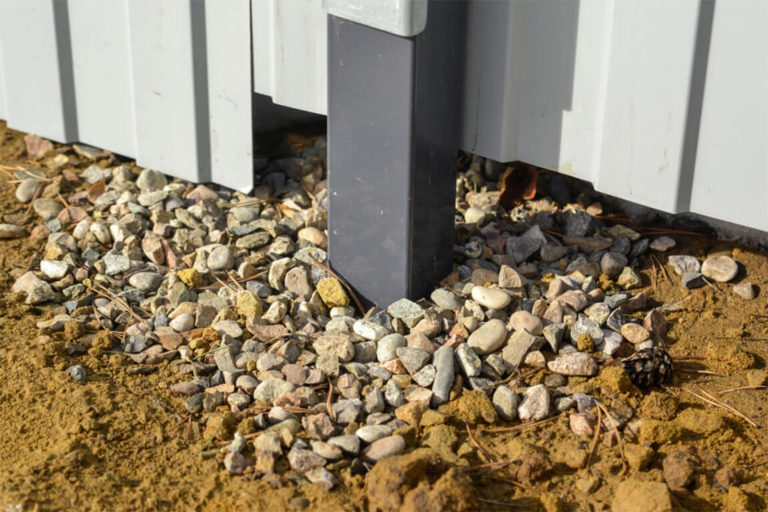 Забутовка столбов щебнем, трамбовка грунтом или бетонирование: какая технология установки столбов для заборов больше подходит для Москвы и области