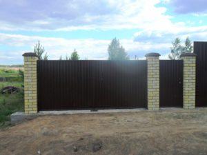 Забор из профнастила на ленточном фундаменте с кирпичными столбами