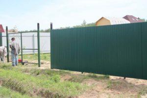 Забор из профнастила на винтовых сваях