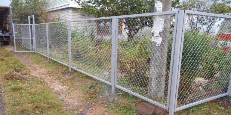 забор из сетки рабицы для дачи