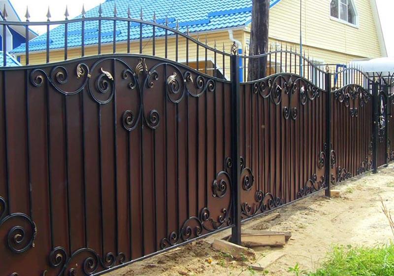 забор из профнастила с ковкой