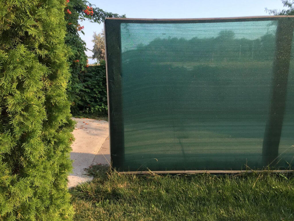 Москитная сетка на забор для дачи