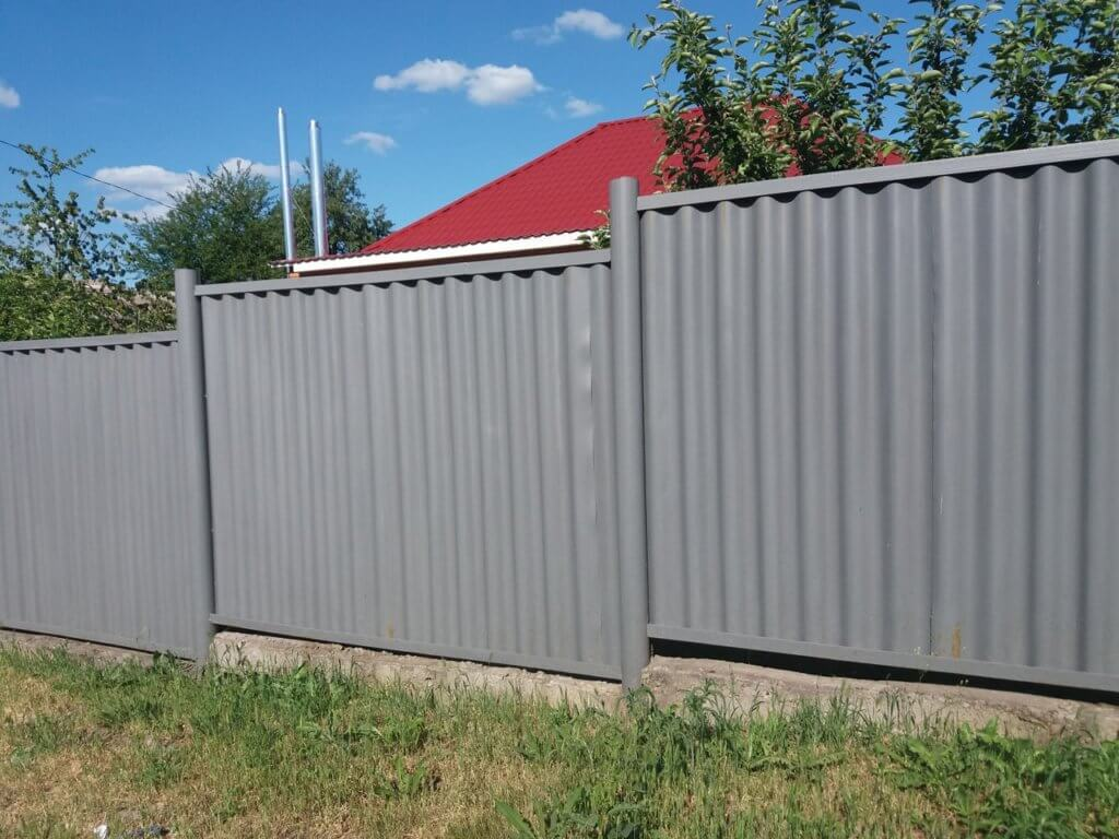 Шиферный забор на даче
