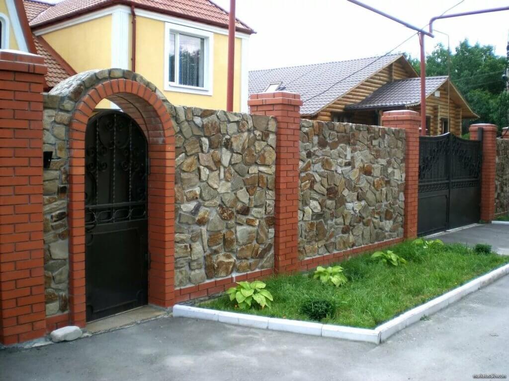 Забор из камня на даче