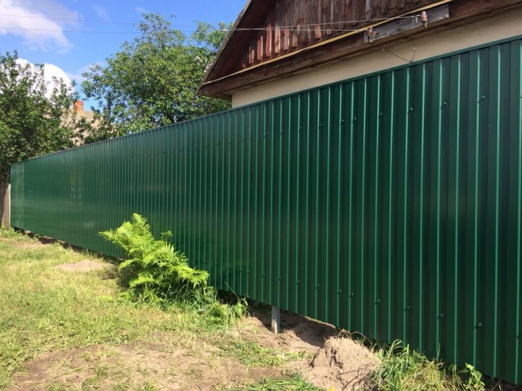Забор из металлопрофиля на дачу