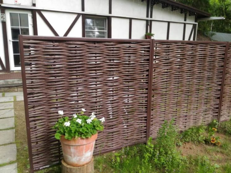Забор на даче из прутьев