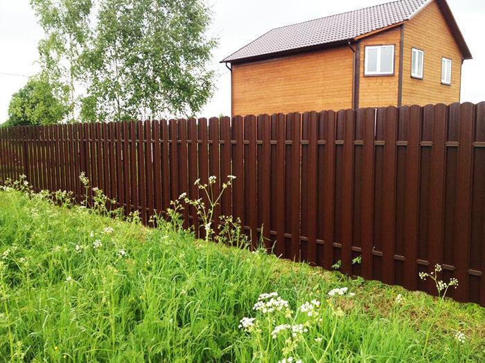 Забор на даче между соседями