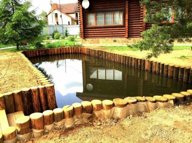 Забор вокруг пруда на даче