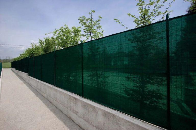Зеленая сетка на забор для дачи