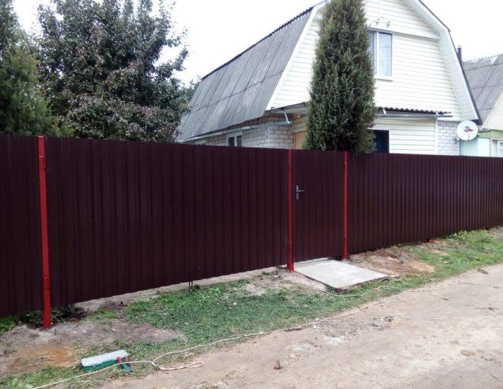 Бордовый забор из профнастила