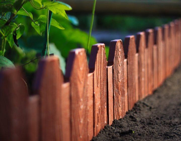 Деревянный забор для грядок