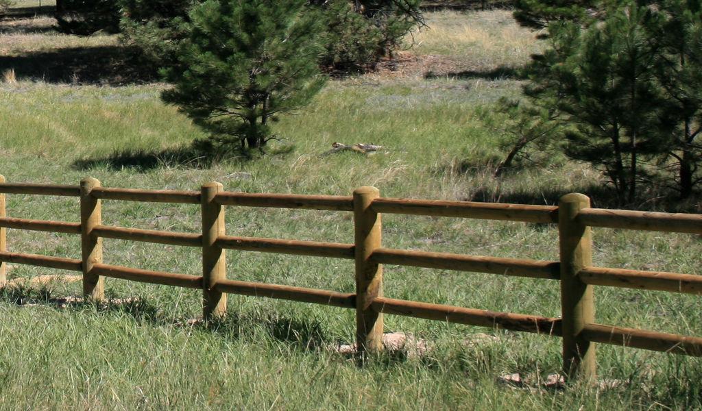 Деревянный забор из жердей
