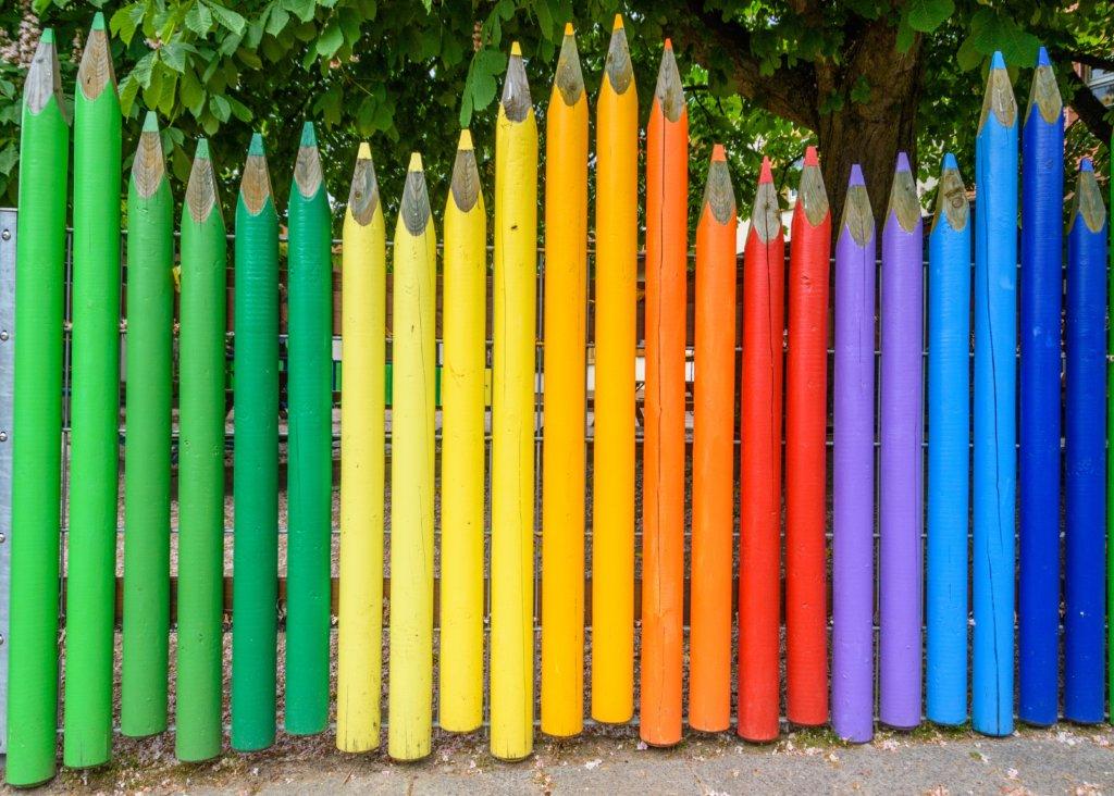 Деревянный забор карандаши