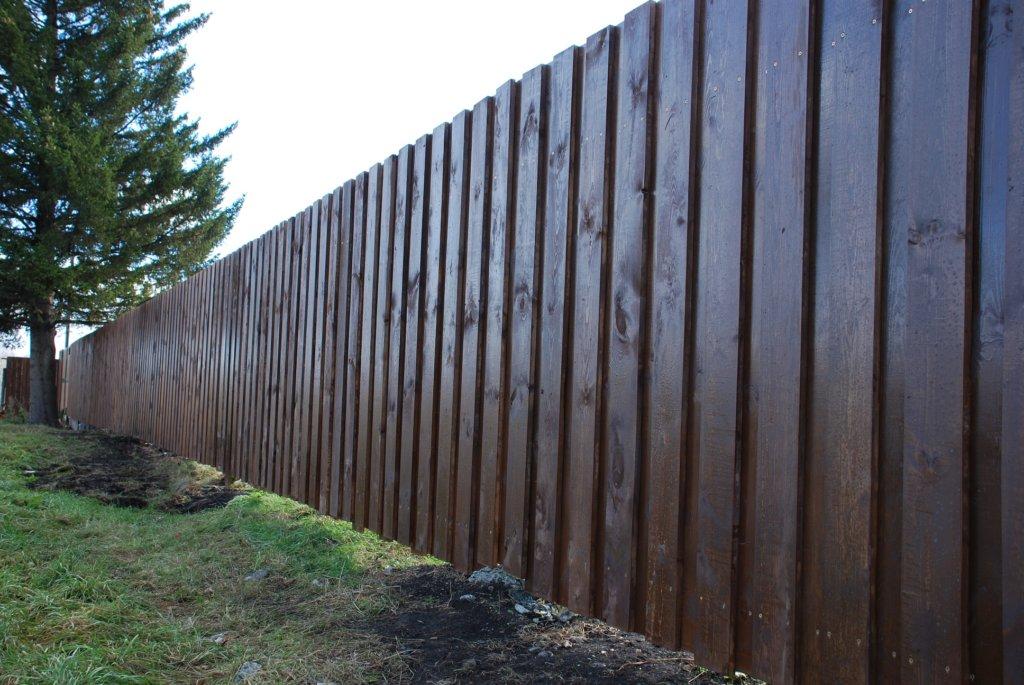 Деревянный забор крашенный краской