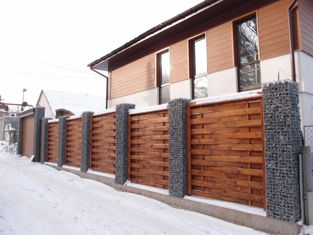 Деревянный забор с габионами