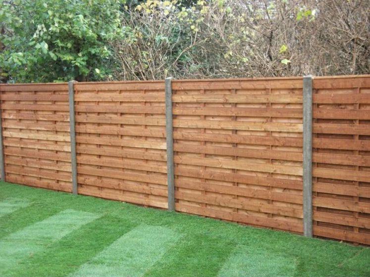Деревянный забор с горизонтальным расположением досок