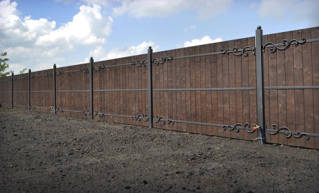 Деревянный забор с ковкой