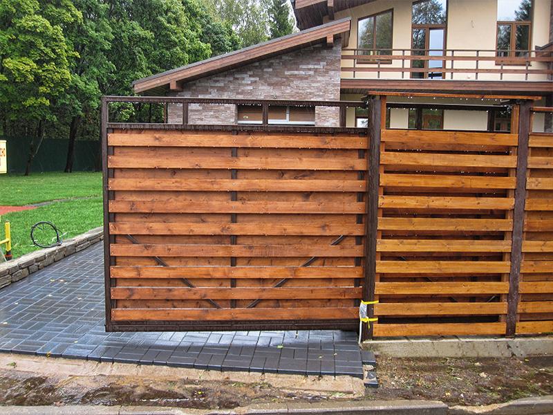 Деревянный забор с откатными воротами