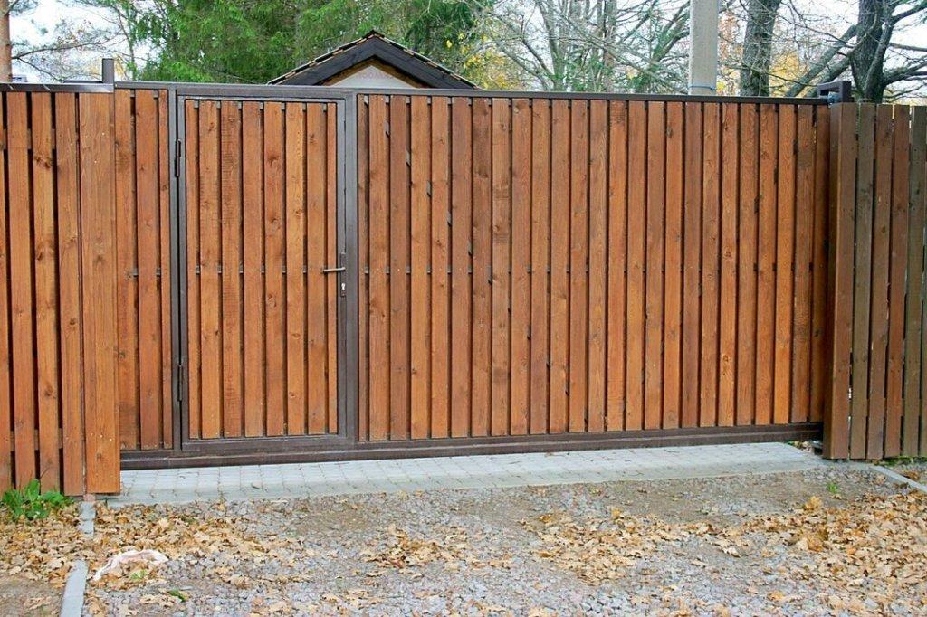 Деревянный забор с воротами и калиткой