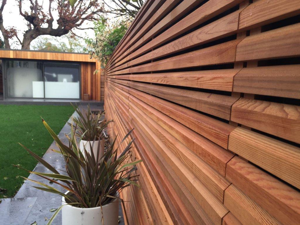 Деревянный забор в современном стиле