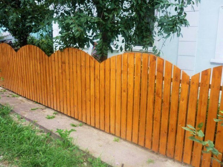Деревянный забор волной