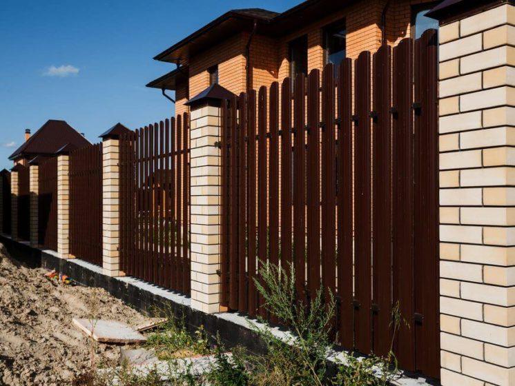 Красивый забор из евроштакетника