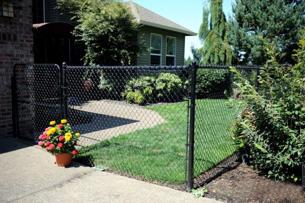 Красивый забор из сетки рабицы