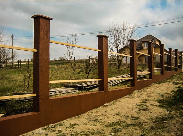 Ленточный фундамент под забор на склоне