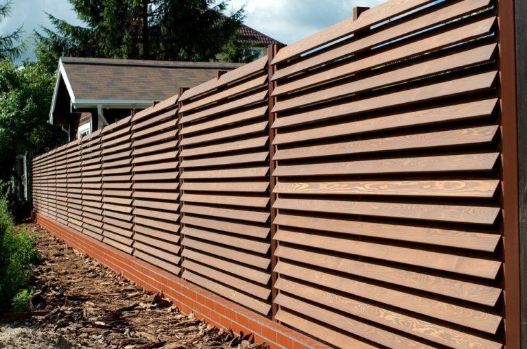 Наклонный деревянный забор