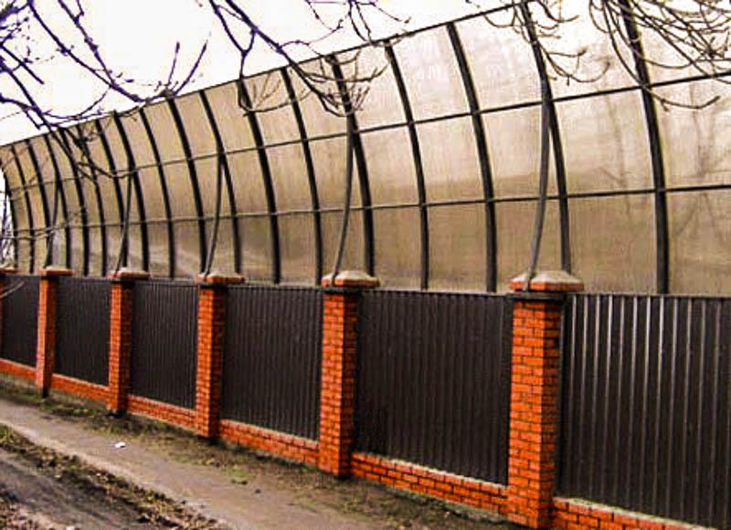 Наращивание забора в высоту панелями из поликарбоната