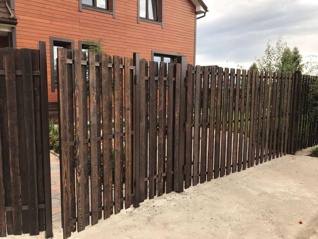 Обожженный деревянный забор