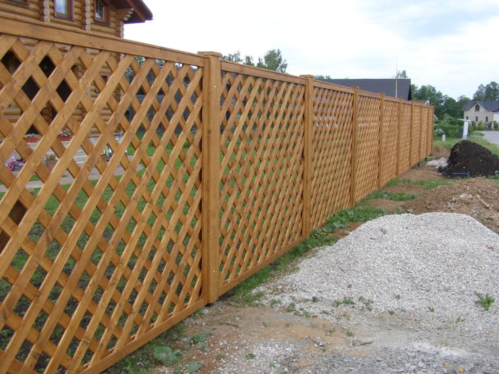 Решетчатый забор деревянный