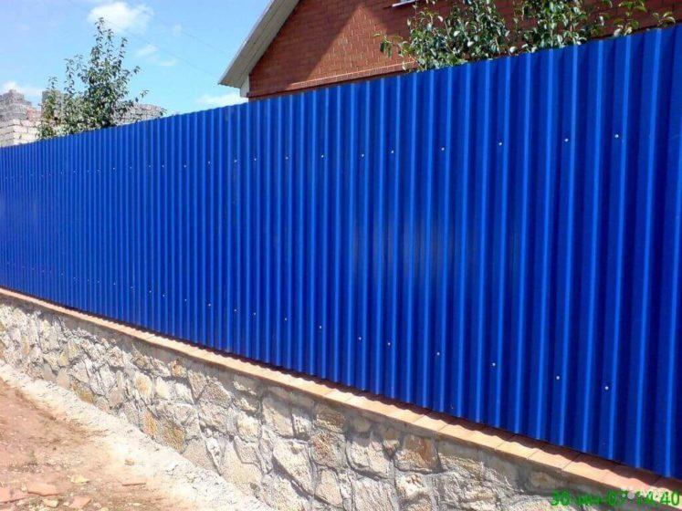 Синий забор из профнастила