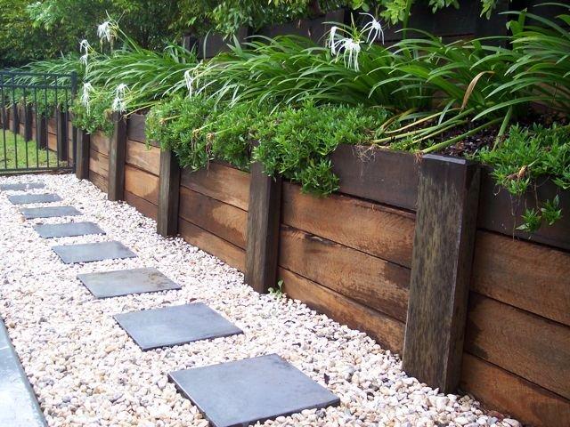 Забор из деревянных шпал