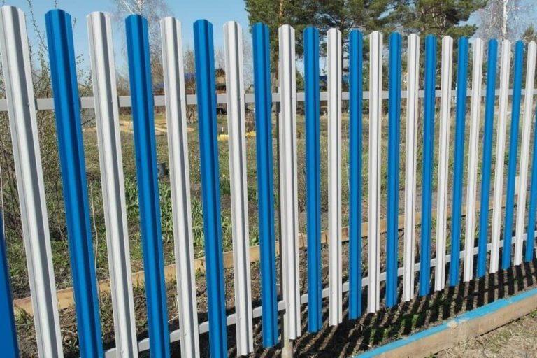 Забор из евроштакетника белый с синим