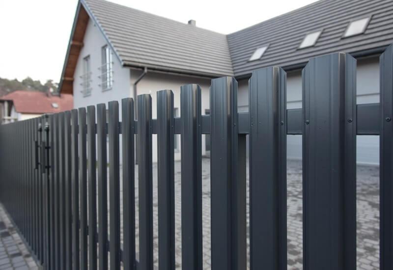 Забор из евроштакетника графит