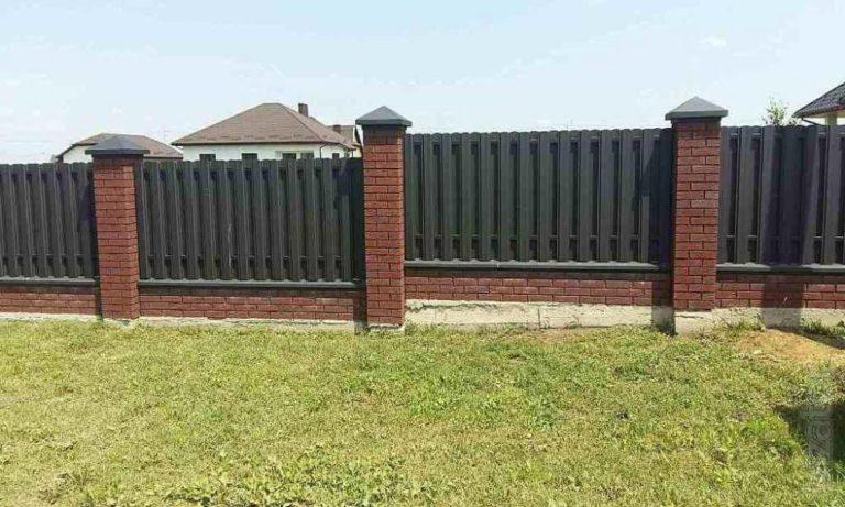 Забор из евроштакетника с перепадом по высоте