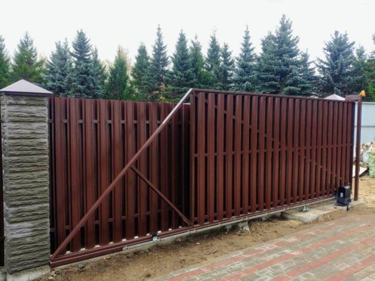 Забор из евроштакетника с выдвижными воротами