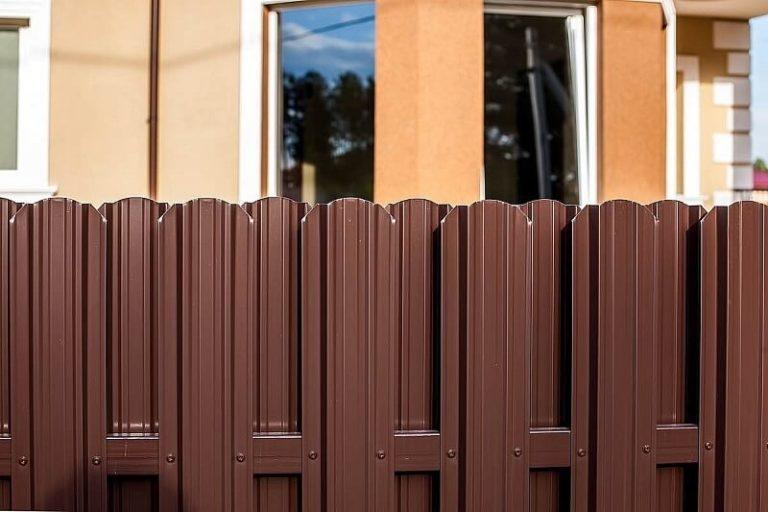 Забор из евроштакетника шоколад