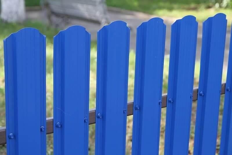 Забор из евроштакетника синий