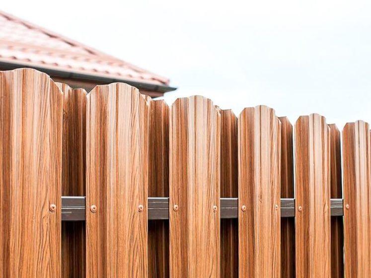 Забор из евроштакетника светлый орех