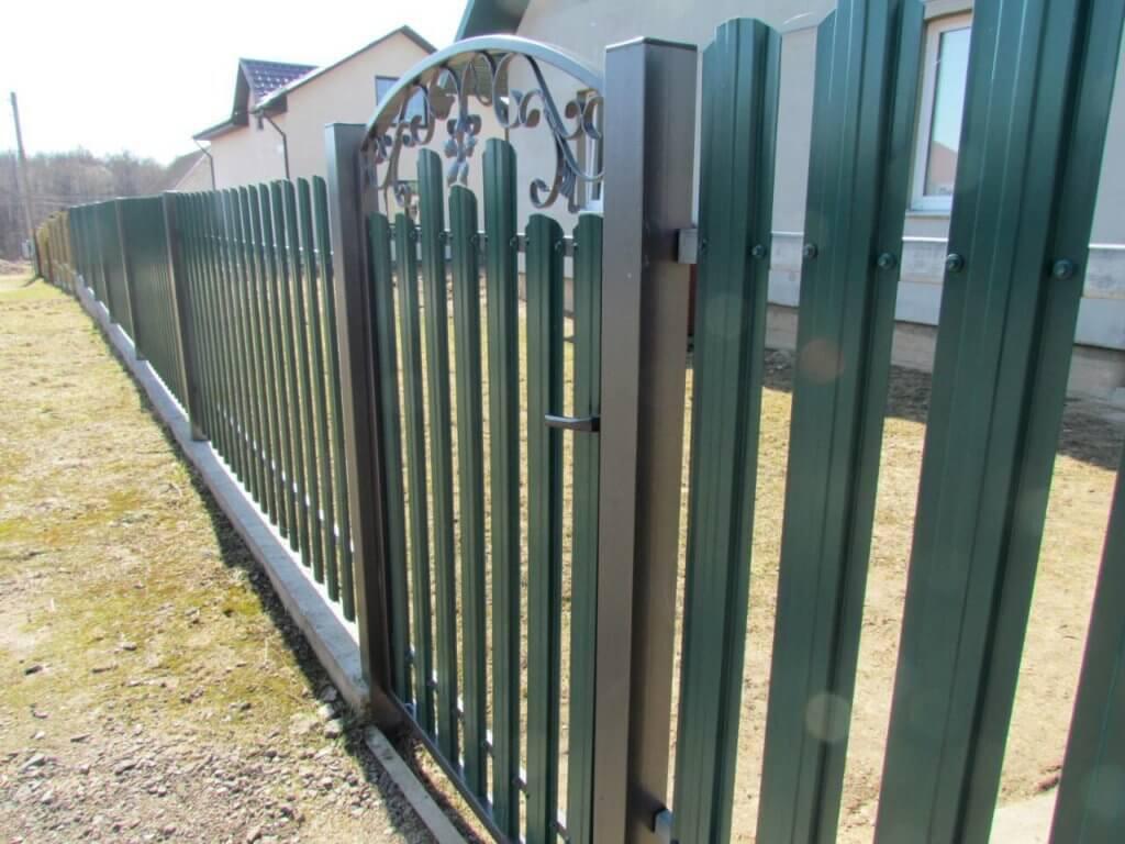 Забор из евроштакетника зеленый мох
