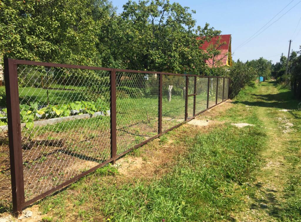 Забор из крашеной сетки рабицы