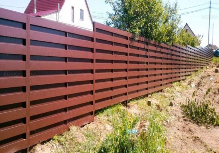 Забор из металлического штакетника и поликарбоната