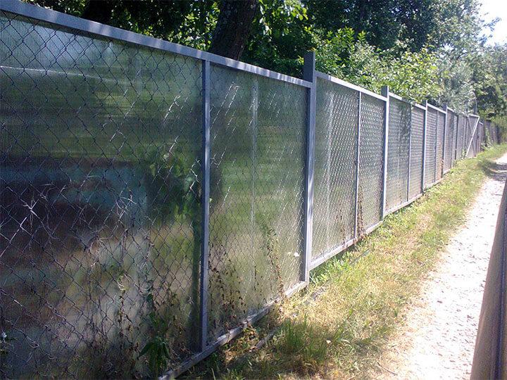 Забор из поликарбоната и сетки рабицы
