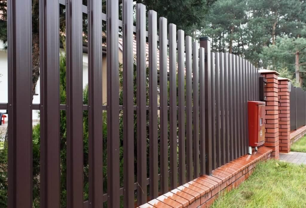 Забор из профнастила евроштакетника
