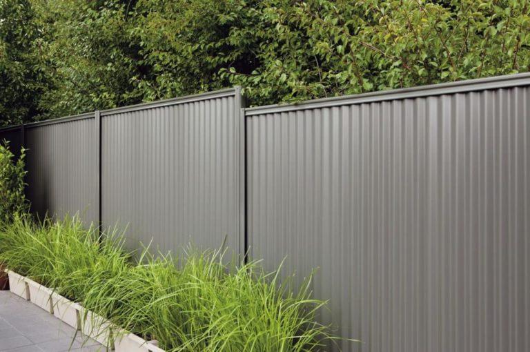 Забор из профнастила из металлоконструкций