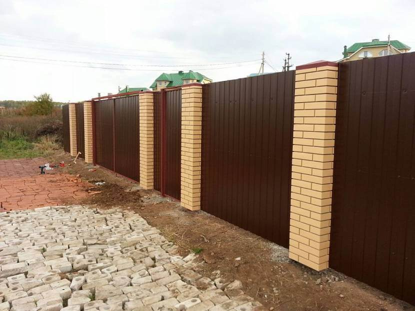 Забор из профнастила со столбиками
